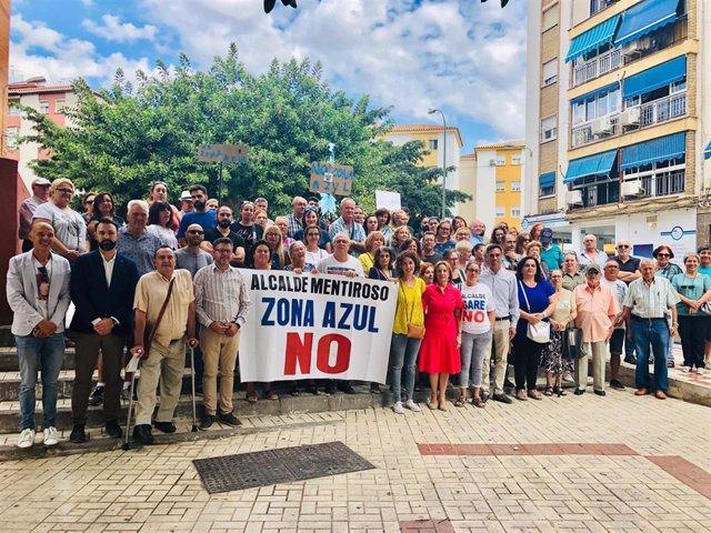 Miembros del PSOE se manifiestan junto a vecinos de Cruz de Humilladero en contra de la zona azul.