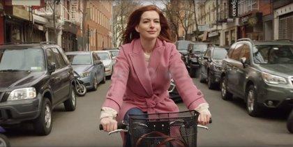 Anne Hathaway protagoniza el tráiler de 'Modern Love', la serie romántica de Amazon inspirada en historias reales