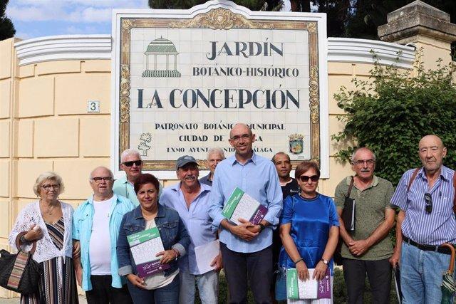 El portavoz del grupo municipal de Adelante Málaga,  Eduardo Zorrilla, y la viceportavoz del mismo, Paqui Macías, junto a vecinos del Jardín Botánico La Concepción.