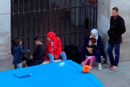 """Un familia con 5 menores """"amenazada en Marruecos"""" pide ayuda urgente al Samur Social tras pasar dos noches en San Antón"""
