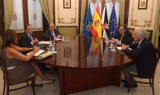 El presidente de Ceuta, Juan Vivas (PP), ha recibido este viernes en la Asamblea local a su homólogo en Melilla, Eduardo de Castro (Cs), en su primer encuentro