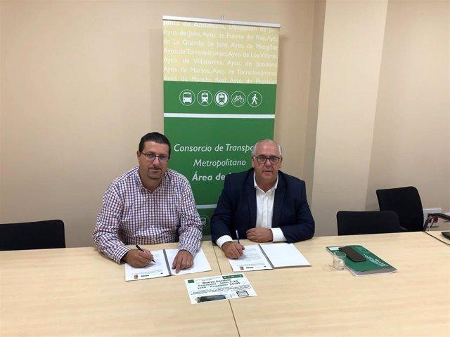 Firm del convenio sobre el nuevo servicio de autobús entre Pegalajar y Jaén.