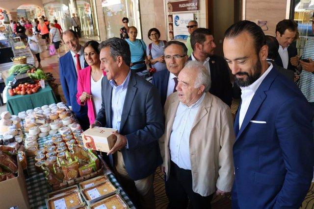 El consejero de Industria, Francisco Martín, y el alcalde de Torrelavega, Javier López Estrada, en 'Torrelavega se divierte'