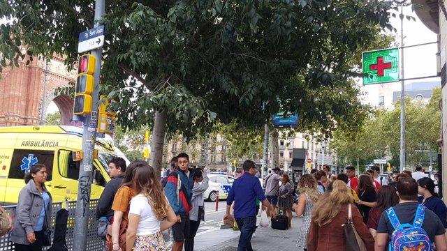 Gente fuera del Metro de Arc de Triomf