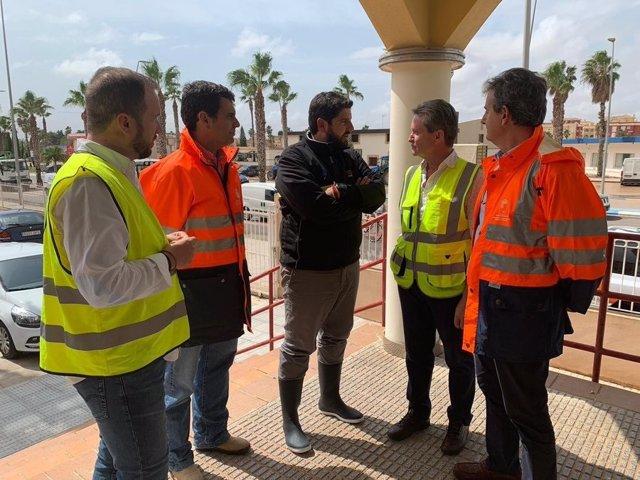 El presidente en Los Alcázares , donde todavía se evacúa a los vecinos y se ha necesitado pedir vehículos pesados a FRECOM y Cámara de Contratistas