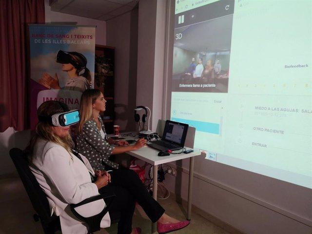 La consellera de Salud, Patricia Gómez, prueba la terapia de realidad virtual del Banco de Sangre, diseñada para superar el miedo a las agujas y la sangre.