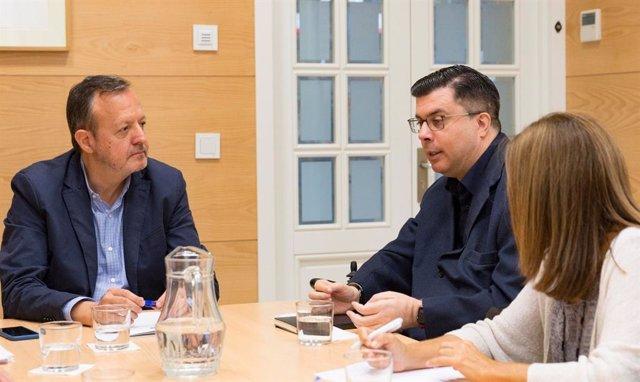 El consejero de Políticas Sociales de la Comunidad de Madrid, Alberto Reyero, reunido con el presidente de FAMMA-Cocemfe Madrid, Javier Font