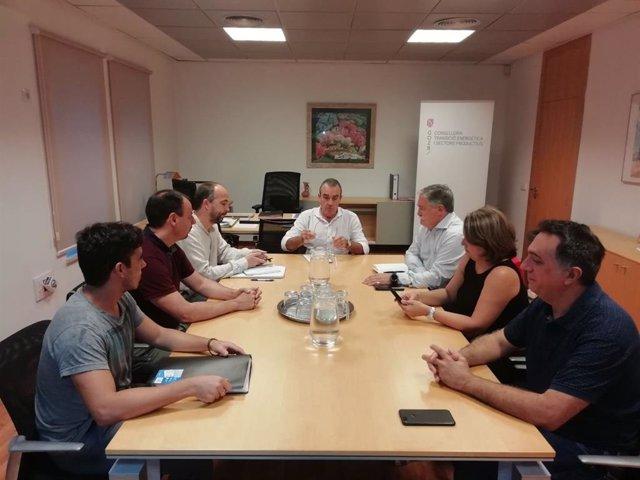 El vicepresidente y conseller de Transición Energética, Juan Pedro Yllanes (presidiendo la mesa), en la reunión con representantes de UGT en relación a Es Murterar.