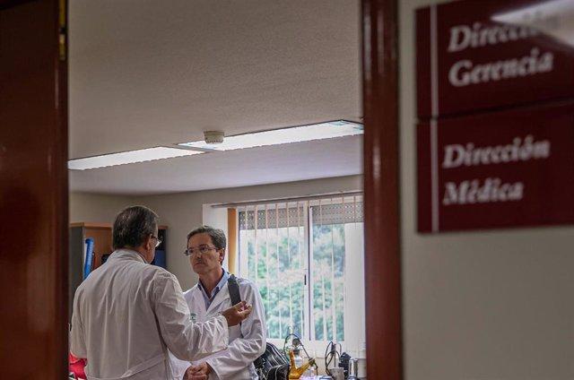 El portavoz del gabinete técnico creado por la Consejería de Salud y Familias para el seguimiento del brote de listeriosis, José Miguel Cisneros (d), en una imagen de archivo.