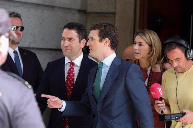 El secretario general del PP, Teodoro García Egea y el presidente del Partido Popular, Pablo Casado, a la salida del Congreso de los Diputados tras la segunda votación para la investidura del candidato socialista a la Presidencia del Gobierno, la cual ha