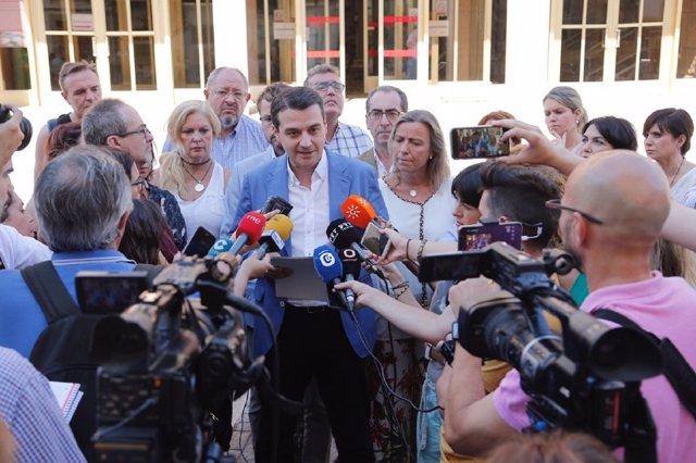 El alcalde de Córdoba, José María Bellido (PP), atiende a los periodistas ante el Ayuntamiento, en una imagen de archivo
