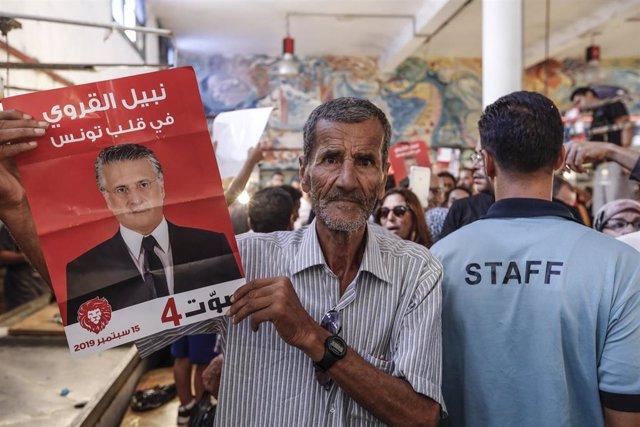 Un partidario del candidato presidencial Nabil Karoui en Túnez