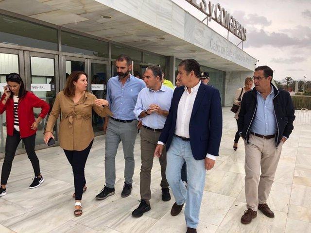 En el centro, el consejero de Presidencia, Elías Bendodo, visita el Palacio de Congresos de El Toyo