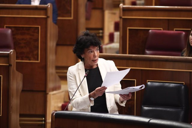 La ministra d'Educació i Formació Professional en funcions, Isabel Celaá, respon les preguntes de la portaveu parlamentària de Ciutadans, Inés Arrimadas, durant la sessió de control al Govern en funcions, a Madrid (Espanya) a 11 de setembre de 2019.