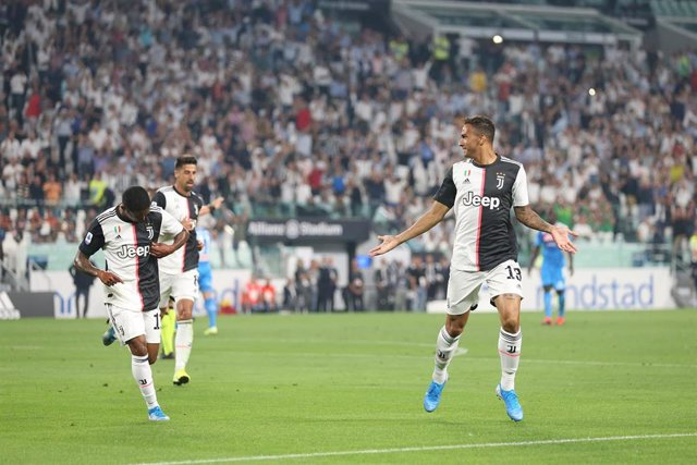 31 August 2019, Italy, Turin: Juventus's Danilo (R) celebrates scoring his side's first goal with team mates during the Italian Serie A soccer match between Juventus F.C. and S.S.C. Napoli at Allianz Stadium Photo: Jonathan Moscrop/CSM via ZUMA Wire/dpa