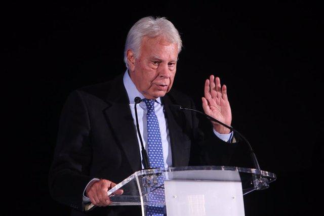 L'expresident del Govern Felipe González durant l'homenatge a l'exministra Carmen Alborch al Teatre Real de Madrid
