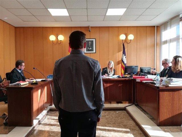El juicio al hombre por agredir y amenazar a un testigo protegido del 'caso Cursach', en el Juzgado de lo Penal de Palma.