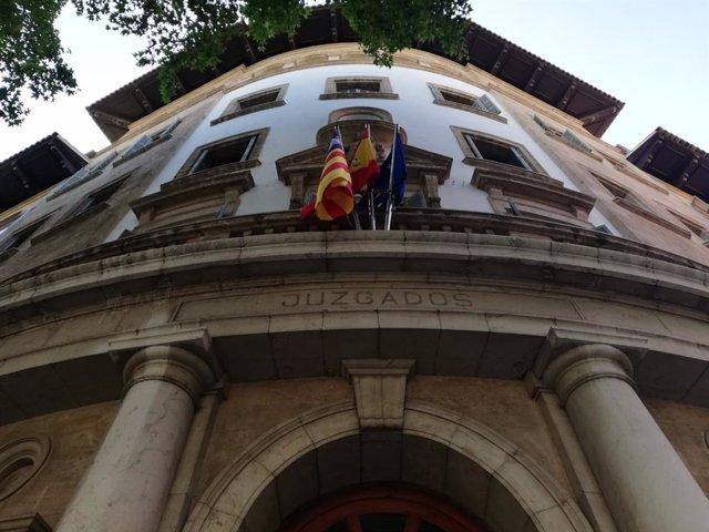 Façana de l'entrada principal als Jutjats d'Avinguda Alemanya.