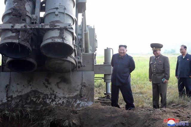Kim Jong Un supervisa el lanzamiento de un cohete