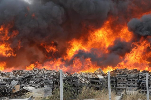 Incendio de palés en una nave industrial de Dos Hermanas
