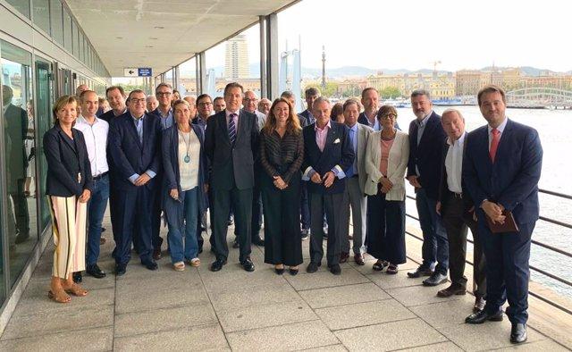 La presidenta del Port de Barcelona, Mercè Conesa, al costat de membres de l'AED que han visitat l'enclavament portuari aquest divendres