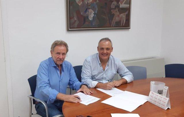 El conseller insular de Promoció Econòmica y Desenvolupament Local, Jaume Alzamora, i el l'alcalde de Sant Llorenç des Cardassar, Mateu Puigròs.