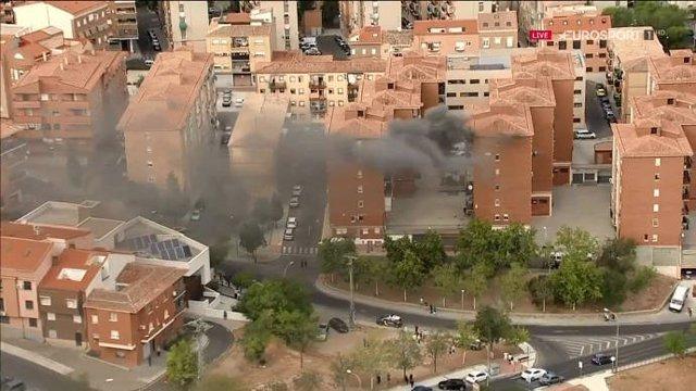 Captura de pantalla del fuego originado en un bloque de viviendas que se ha podido ver en la retransmisión del final de etapa de La Vuelta en Toledo