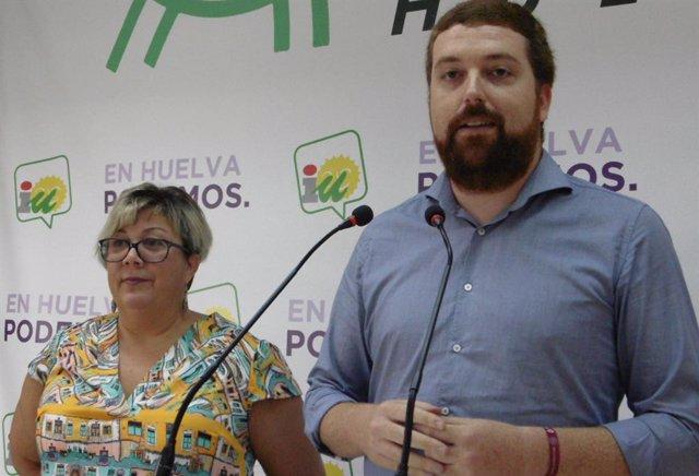El diputado por Huelva de Unidas Podemos, Alejandro García, y la portavoz de IU en el Ayuntamiento de Huelva, Mónica Rossi,