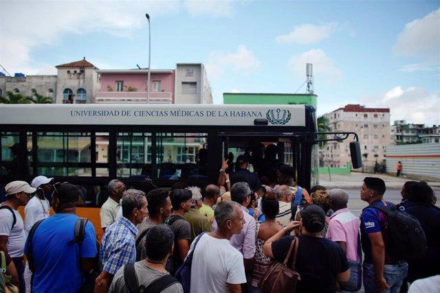 Cubanos esperan para subir a un autobús en La Habana ante el desabastecimiento de combustible