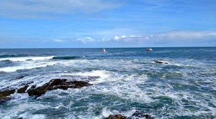 Rescatados cuatro tripulantes ingleses de un velero que naufragó en Cariño (A Coruña)