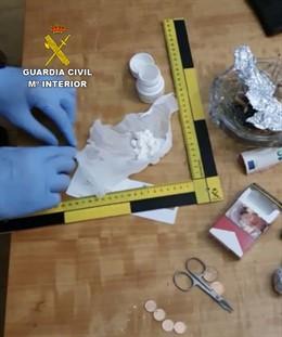 Material intervenido por la Guardia Civil a los detenidos en una operación contra el tráfico de drogas.