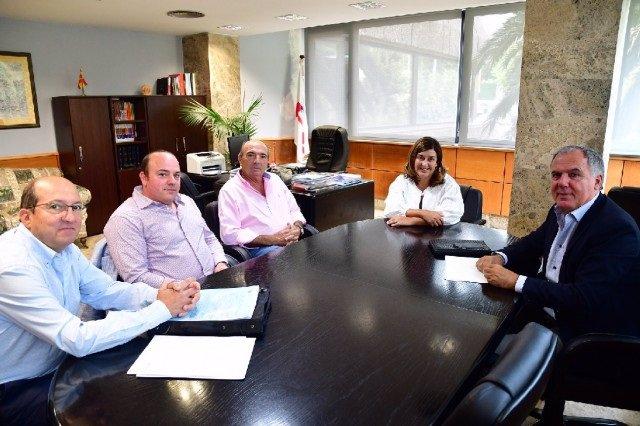 La presidenta del Partido Popular de Cantabria, María José Sáenz de Buruaga, con miembros de la Asociación Empresarial del Polígono de Molladar, ubicado en el municipio de Cartes