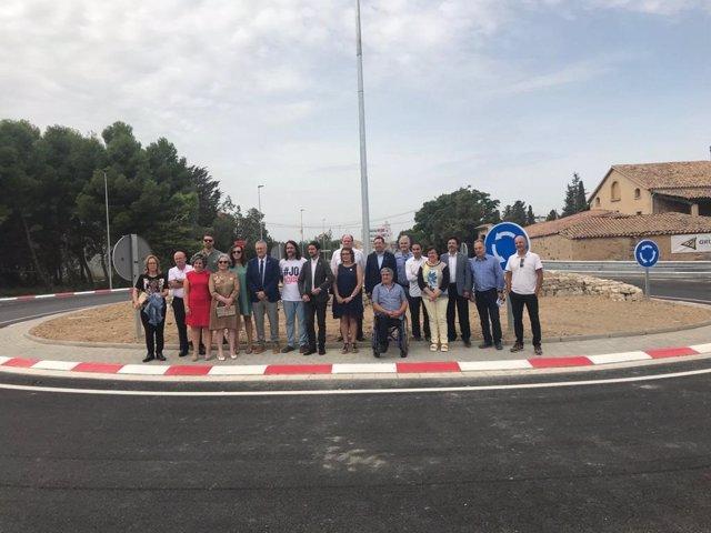 El conseller de Territori i Sostenibilitat, Dami Calvet, i l'alcalde de Bellpuig (Lleida), Jordi Estiarte, visiten la nova rotonda de Bellpuig al costat d'altres crrecs de la Generalitat.