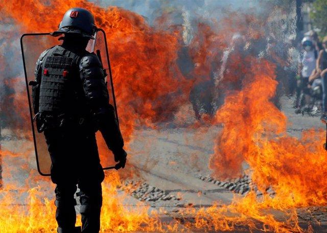 Explosión de un cótel molotov durante una manifestación de los chalecos amarillos en Nantes