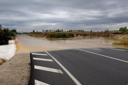 Un total de 35 carreteras permanecen cortadas en la Comunitat Valenciana, casi todas en la Vega Baja