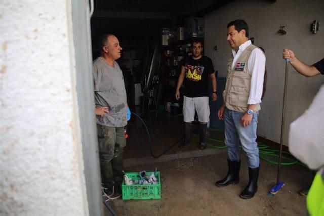 El presidente de la Junta de Andalucía, Juanma Moreno, comprueba los efectos del temporal en Villanueva del Trabuco.