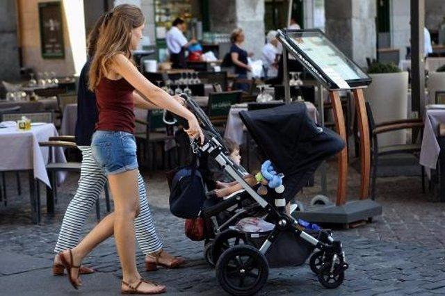 Unas mujeres con sus carritos de bebé