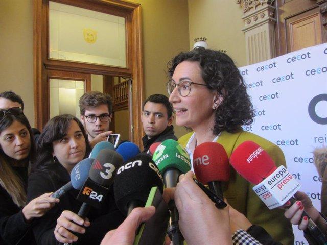 La secretària general d'ERC, Marta Rovira, atenent als mitjans