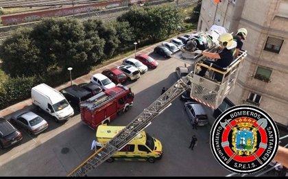 Los bomberos evacúan con la autoescala a un hombre con parada cardiaca