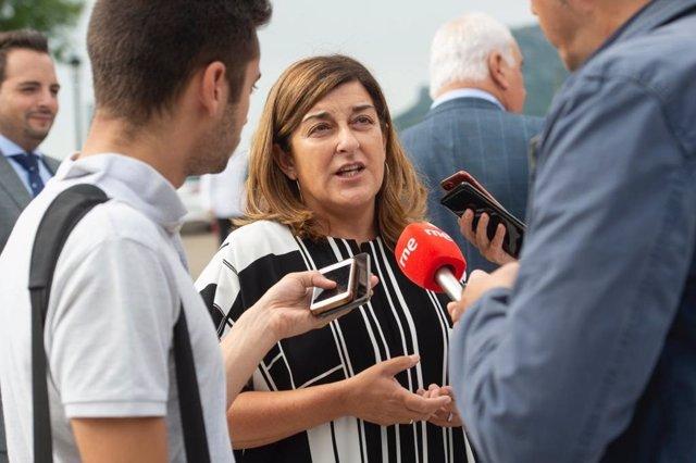 La presidenta del PP atiende a los medios en el Santuario de la Bien Aparecida