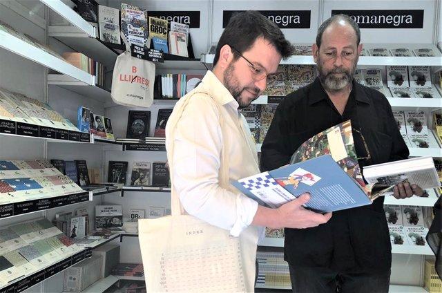 El vicepresident de la Generalitat Pere Aragons i l'editor Joan Sala (Comanegra) en la Setmana del Llibre en Catal