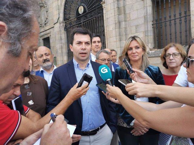 El secretario xeral del PSdeG, Gonzalo Caballero, en declaraciones a los medios tras participar en la reunión interparlamentaria de los socialistas gallegos.