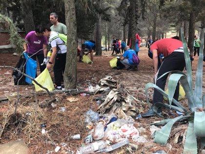 Unos 40 voluntarios participan este domingo en una jornada de limpieza del parque de Santa Catalina y El Neveral de Jaén