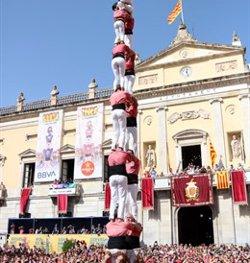 Cop d'efecte de la Vella de Valls a la diada de Santa Tecla descarregant el dos de vuit i el quatre de nou nets (ACN)