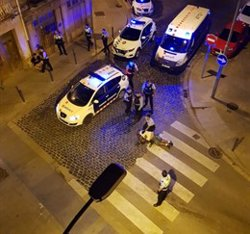Els Mossos detenen un home per intentar agredir un agent quan separava dos grups que es barallaven a Figueres (ACN)
