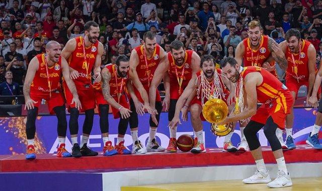 El capitán de la selección española de baloncesto, Rudy Fernández, levanta la copa de campeones del mundo