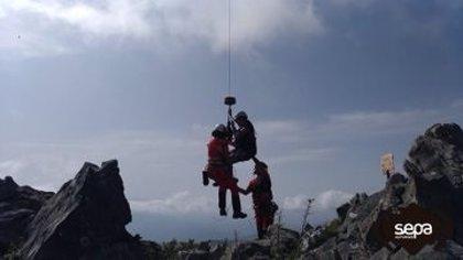 Trasladada al hospital una mujer que se rompió la muñeca al sufrir una caída en una ruta en Sobrescobio