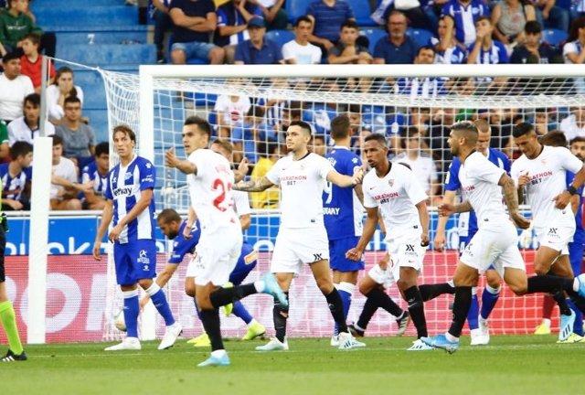 Los jugadores del Sevilla FC celebran su gol en Vitoria.