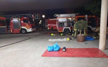 Dos bomberos, heridos por golpes de calor en un incendio en el Hospital General de Alicante
