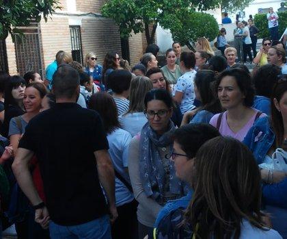 Los padres del colegio de Nueva Carteya (Córdoba) llevan a sus hijos a clase pero siguen movilizándose